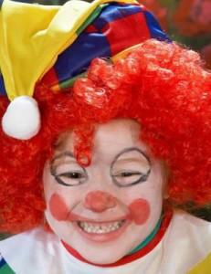 Cómo maquillar a un niño de payaso feliz